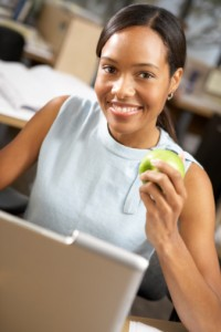 Black_woman_eating_apple_desk