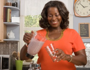 black woman making smootie